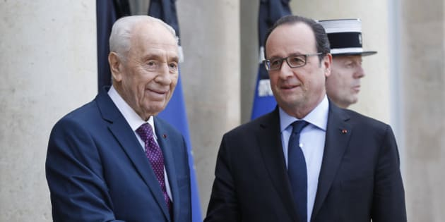 PARIS, FRANCE - MARCH 25:  French President Francois Hollande (R) welcomes Former Israeli President Shimon Peres prior to a meeting at the Elysee palace on March 25, 2016 in Paris. Shimon Peres came to Paris to promote peace after the series of extremist attacks in Brussels.  (Photo by Chesnot/Getty Images)