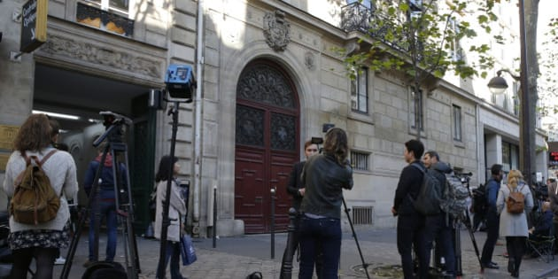 Journalists stand in front of the entrance of a luxury residence on the Rue Tronchet in central Paris, France, October 3, 2016 where masked men robbed U.S. reality TV star Kim Kardashian West at gunpoint early on Monday, stealing jewellery worth millions of dollars, police and her publicist said.  REUTERS/Gonzalo Fuentes