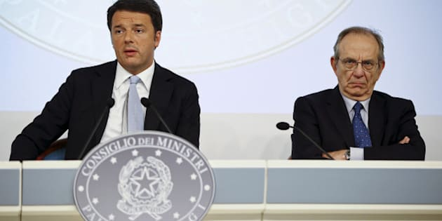Italy's Prime Minister Matteo Renzi (L) and Economy Minister Pier Carlo Padoan attend a news conference at the end of a cabinet meeting at Chigi Palace in Rome, Italy, October 15, 2015. REUTERS/Tony Gentile/File photo