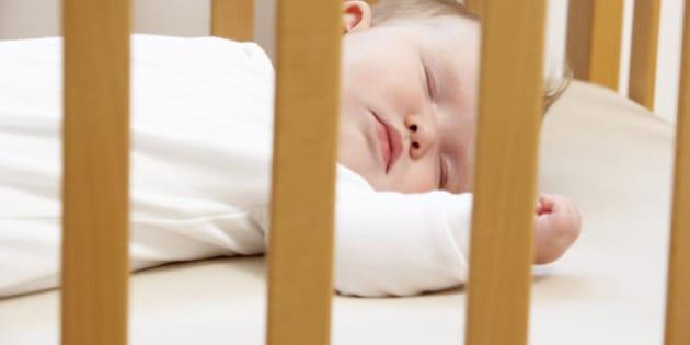 Neonato Dorme Solo In Braccio.I Pediatri Avvertono I Neonati Dovrebbero Dormire Nella Stanza Dei