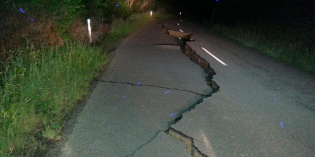 A large fissure runs along Kaikoura Road about two hours north of Christchurch Monday, Nov. 14, 2016, after a major earthquake struck New Zealand's south Island early Monday.  The powerful earthquake struck in a mostly rural area close to the city of Christchurch but appeared to be more strongly felt in the capital, Wellington, more than 200 Km (120 miles) away. (AP Photo / Joe Morgan)