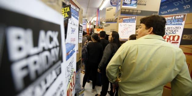 3e85be2fd68 10 produtos que ficaram mais caros antes da Black Friday. Júlia Lewgoy  EXAME.com. Shoppers line up before making their purchases in a store during