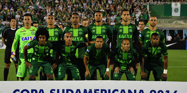 Brazil's Chapecoense players pose for pictures during their 2016 Copa Sudamericana semifinal second leg football match against Argentina's San Lorenzo  held at Arena Conda stadium, in Chapeco, Brazil, on November 23, 2016. / AFP / NELSON ALMEIDA        (Photo credit should read NELSON ALMEIDA/AFP/Getty Images)