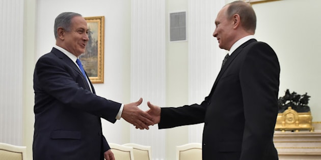 Russian President Vladimir Putin (R) shakes hands with Israeli Prime Minister Benjamin Netanyahu during a meeting at the Kremlin in Moscow, Russia, April 21, 2016. REUTERS/Alexander Nemenov/Pool