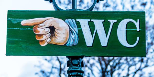(GERMANY OUT) Ein Schild weist den Weg zur nächsten öffentllichen Toilette (Photo by Wodicka/ullstein bild via Getty Images)