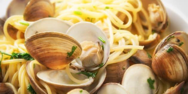 Spaghetti pasta and fresh clams saut