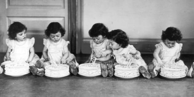 (GERMANY OUT) *28.05.1934-Die fünf Schwestern Dionne aus Kanada (Reihenfolge unbekannt) Annette, Cecile, Emilie, Yvonne und Mariean ihrem zweiten Geburtstag (Photo by ullstein bild/ullstein bild via Getty Images)