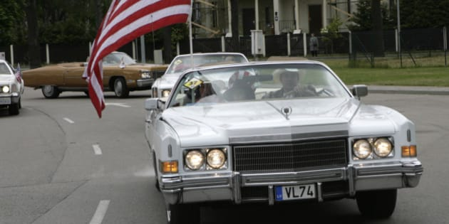 A Cadillac with a U.S. flag is seen during an American car owners' meeting in Jurmala, about 20 km from capital Riga, May 23, 2009. REUTERS/Ints Kalnins (LATVIA SOCIETY TRANSPORT BUSINESS)