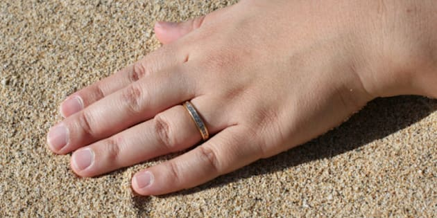 women travelling alone wear fake wedding ring says canadian government - Fake Wedding Ring