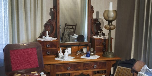 Description A 19th century bedroom with a vanity mirror and personal  ... Category:Dressing tables Category:Photos of New Zealand by User:jorgeroyan ...