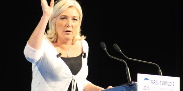 description 1 Photo de Marine Le Pen à la tribune d'un meeting organisé le 1er juin 2012 à Paris, dans le cadre de la campagne législative  ...