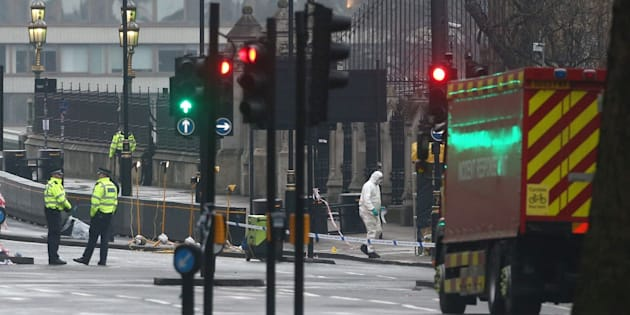Forensics investigators and police officers work at the site near Westminster Bridge the morning after an attack by a man driving a car and wielding a knife left five people dead and dozens injured, in London, Britain, March 23, 2017. (REUTERS/Neil Hall)