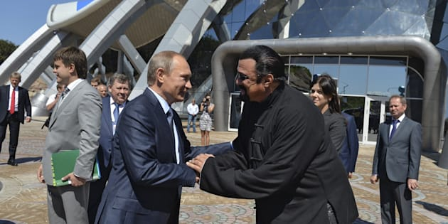 Russian President Vladimir Putin (L) shakes hands with U.S. actor Steven Seagal while visiting an oceanarium at Russky Island in the far eastern city of Vladivostok, Russia, September 4, 2015. Putin urged domestic and foreign investors on Friday to help develop Russia's vast Far East region, promising high returns and reassuring Asia-Pacific economies about their strategic importance. REUTERS/Alexei Druzhinin/RIA Novosti/Kremlin   ATTENTION EDITORS - THIS IMAGE HAS BEEN SUPPLIED BY A THIRD PARTY. IT IS DISTRIBUTED, EXACTLY AS RECEIVED BY REUTERS, AS A SERVICE TO CLIENTS.