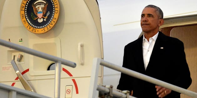 U.S. President Barack Obama disembarks from Air Force One upon arrival in Jacksonville, Florida, where he will attend the wedding of a White House staffer, January 7, 2017.           REUTERS/Mike Theiler