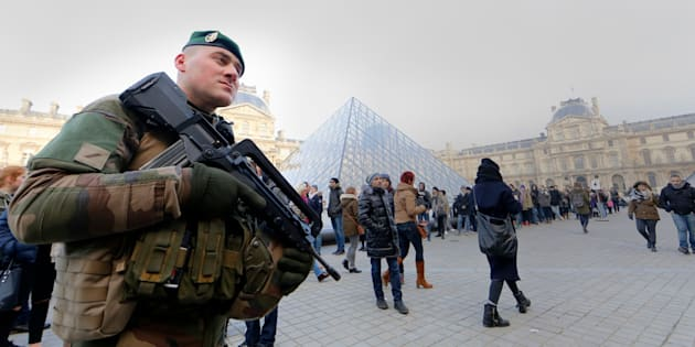 French police officers and soldiers patrol in front of the Louvre museum on February 3, 2017 in Paris after a soldier has shot and gravely injured a man who tried to attack him. 'Serious public security incident under way in Paris in the Louvre area,' the interior ministry tweeted on February 3 as streets in the area were cordoned off to traffic and pedestrians.  / AFP / ALAIN JOCARD        (Photo credit should read ALAIN JOCARD/AFP/Getty Images)