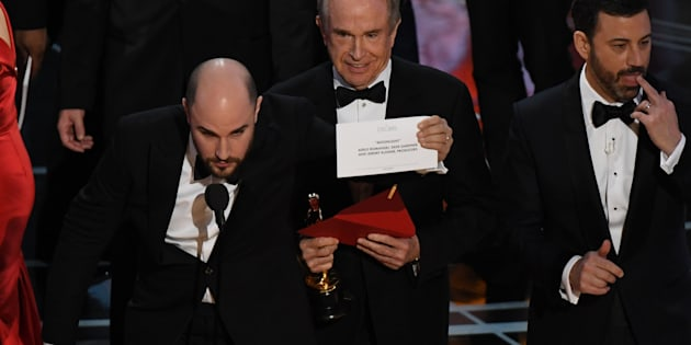 US actor Warren Beatty (C) shows the card reading Best Film 'Moonlight' after mistakingly reading 'La La Land' initially at the 89th Oscars on February 26, 2017 in Hollywood, California. / AFP / Mark RALSTON        (Photo credit should read MARK RALSTON/AFP/Getty Images)