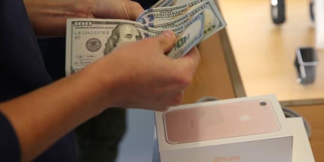 Un cliente compra un móvil en una tienda Apple de Los Angeles, California (EEUU) en septiembre de 2016.