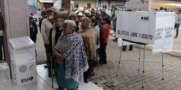 Cientos de votantes indígenas esperan su turno para votar en el poblado de Nahuatzen, Michoacan. REUTERS/Alan Ortega