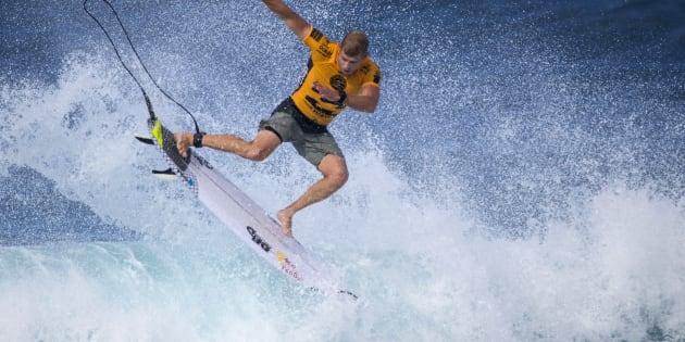 Mick Fanning surfe durant les demi-finales  du Pipeline Masters au Vans Triple Crown à Hawaii le 17 décembre 2015.