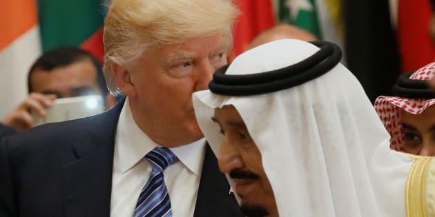 Donald Trump et le roi d'Arabie Saoudite Salmane ben Abdelaziz Al Saoud lors du sommet bilatéral le 21 mai 2017 à Ryad.