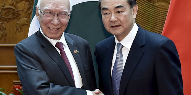 Pakistan Foreign Affairs Adviser Sartaj Aziz( L) shakes hands with Chinese Foreign Minister Wang Yi(R) before a meeting at the Ministry of Foreign Affairs in Beijing Apr27, 2016. REUTERS/Iori Sagisawa/Pool
