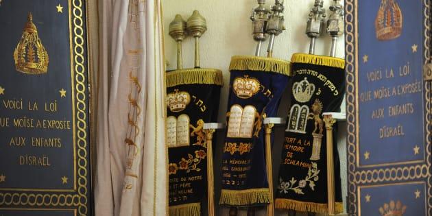 """Des Torahs exposées dans la synagogue de Bayonne, en mars 2015, durant le """"Jour de la Paix""""."""