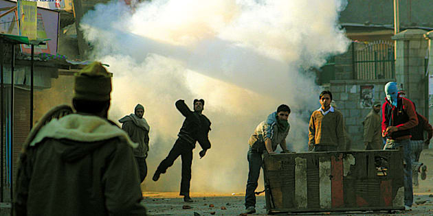 [UNVERIFIED CONTENT] Kashmiri protesters  throwing  stones towards Indian police during a protest in Srinagar to condemn the assassination of Pakistan's former prime minister Benazir Bhutto...!!