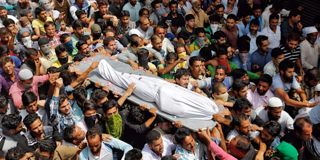 Kashmiri men carry the body of Riyaz Ahmad, a civilian, who according to local media was killed by pellets fired by police, during his funeral in Srinagar August 3, 2016.