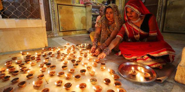 Women light earthen lamps diyas at Ramchandran Ji Temple on the occasion of Diwali in Jaipur, October 30, 2016. (Photo By Vishal Bhatnagar/NurPhoto via Getty Images) (Photo by Vishal Bhatnagar/NurPhoto via Getty Images)