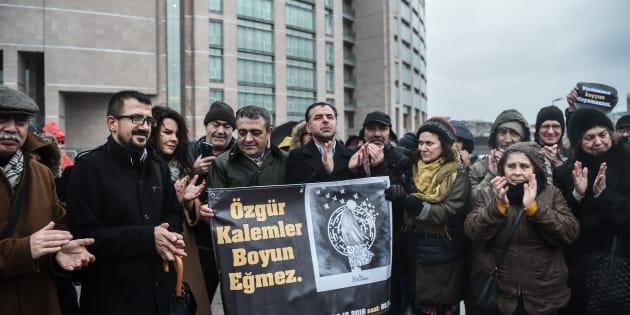 Des soutiens de Asli Erdogan manifeste avant son procès à Istanbul, le 29 décembre 2016.