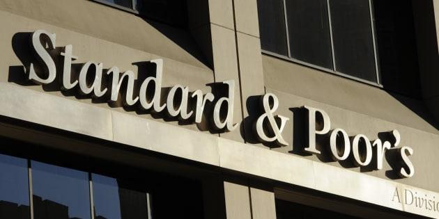 """L'agence de notation Standard and Poor's a jugé que la France était """"en bonne voie"""" et a relevé la perspective de sa note de """"négative"""" à """"stable""""."""