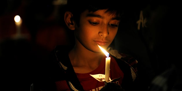 An attendee holds a candle during a vigil for Srinivas Kuchibhotla, an Indian engineer who was shot and killed, at a conference center in Olathe, Kansas, U.S., February 26, 2017.   REUTERS/Dave Kaup