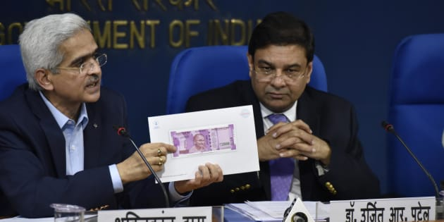 Indian Economic Affairs Secretary Shashi Kant Das (L) and Governor of the Reserve Bank of India Urjit R. Patel hold up a sample of the new 2000 INR note at a press conference in New Delhi on November 8, 2016.