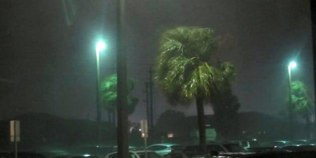 """Un peu affaibli mais """"extrêmement dangereux"""", l'ouragan Matthew frappe la Floride."""