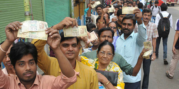 People queue up to deposit and change old currency at the State Bank of India in Salkiya, Howrah, Kolkata, on 10 November 2016. (Photo by Debajyoti Chakraborty/NurPhoto via Getty Images)