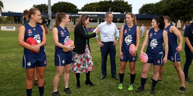 Bill Shorten meets the Cooraparoo Aussie Rules club