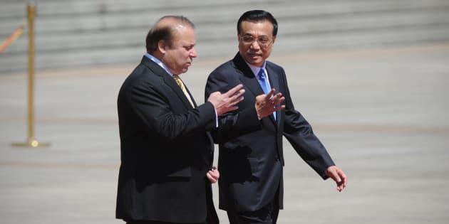 Pakistani Prime Minister Nawaz Sharif (L) talks with Chinese Premier Li Keqiang (R).
