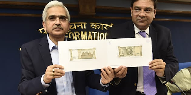 NEW DELHI, INDIA - NOVEMBER 8: RBI Governor Urjit Patel and Secretary, Department of Economic Affairs Shri Shaktikanta Das showing the new Rs 500 notes during media briefing after the Cabinet Meeting in PIB Press Conference Hall, Shastri Bhawan on November 8, 2016 in New Delhi, India. Prime Minister Narendra Modi in his 40-minute speech announced scrapping the Rs 500 and Rs 1000 notes effective midnight of November 8 sent out a loud and clear message in the war on black money and corruption. (Photo by Vipin Kumar/Hindustan Times via Getty Images)