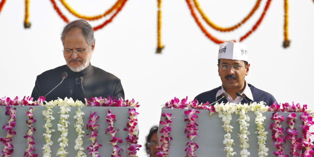 Najeeb Jung (L), Delhi's Lieutenant Governor, administers the oath to Arvind Kejriwal as the new chief minister of Delhi, December, 2013. REUTERS/Anindito Mukherjee.