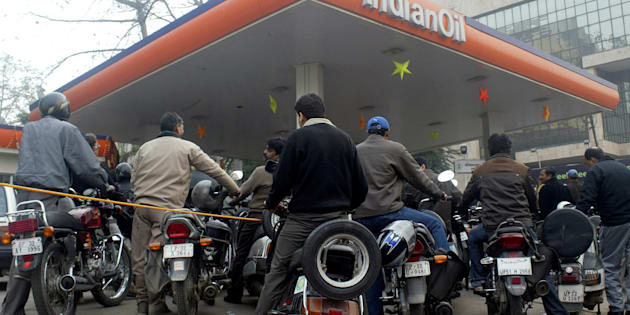Motorists wait for their turn to fill petrol at a gas station in Lucknow, January 9, 2009. REUTERS/Pawan Kumar/File Photo