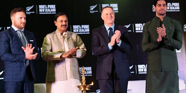 New Zealand cricketer Brendon McCullum (L), India Tourism and Cultural Minister Mahesh Sharma (2L) watches as Indian actor and Tourism New Zealand Brand Ambassador Sidharth Malhotra (R) and New Zealand Prime Minister John Key (2R) applaud during an event in New Delhi on October 27, 2016.  / AFP / Prakash SINGH