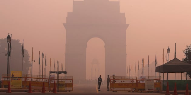 Security personnel stand guard in front of the India Gate amidst the heavy smog in New Delhi, India, October 31, 2016. REUTERS/Adnan Abidi