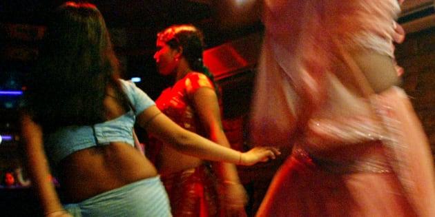 Indian bar girls perform at a dance bar in Bombay May 5, 2005. REUTERS/Punit Paranjpe  AD/LD