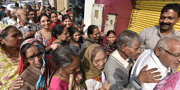 People in queue outside a bank to deposit and exchange 500 and 1000 currency notes at Paharganj, on November 16, 2016 in New Delhi, India. (Photo by Arvind Yadav/Hindustan Times via Getty Images)