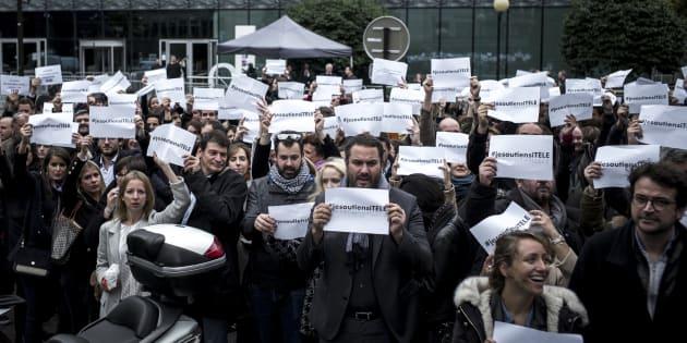 """Les salariés d'iTélé se sont réunis autour du slogan #jesoutiensitélé pour manifester leur mécontentement face à l'arrivée de Jean-Marc Morandini. La ministre de la culture a de son côté dénoncé une """"trumpisation"""" de l'information."""