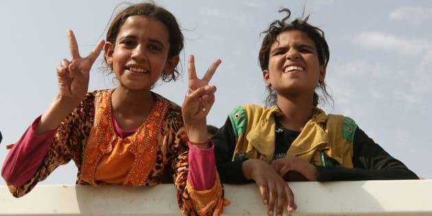 Des Irakiennes originaires de Qayyarah, au nord du pays, lors de leur transfert vers Tikrit, le 29 août, à bord d'un véhicule des forces de sécurité.
