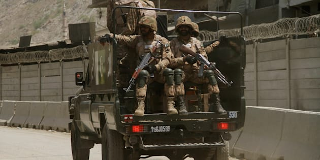 Pakistani soldiers patrol the border post in Torkham, Pakistan June 18, 2016. REUTERS/Fayaz Aziz