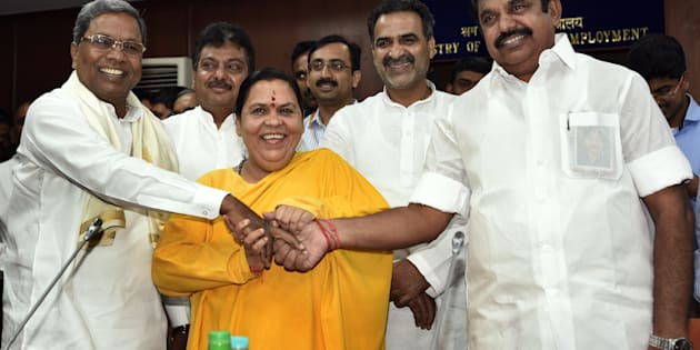 (L-R) Siddaramaiah, Chief Minister of Karnataka, Union Minister for Water Resources Uma Bharti and Edappadi K. Palanisamy, PWD Minister of Tamil Nadu, Minister of State for Water Resources Sanjeev Kumar Balyan during a meeting on the issue of Cauvery, at Sharam Shakti Bhawan, on September 29, 2016 in New Delhi, India. (Photo by Sonu Mehta /Hindustan Times via Getty Images)