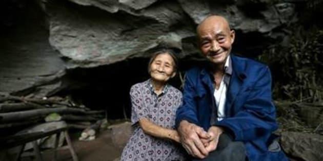 Echaudés par des pluies torrentielles qui ont emp^éche la construction de leur maison en 1962, Liang Zifu et Li Suying ont préféré se réfugier dans une grotte.