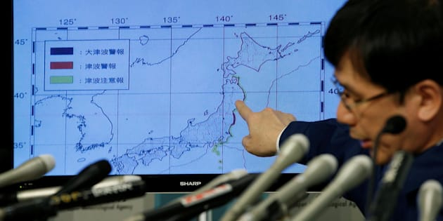 Japan Meteorological Agency's earthquake and volcano observations division director Koji Nakamura points at a map showing earthquake information during a news conference in Tokyo, Japan November 22, 2016. REUTERS/Toru Hanai     TPX IMAGES OF THE DAY